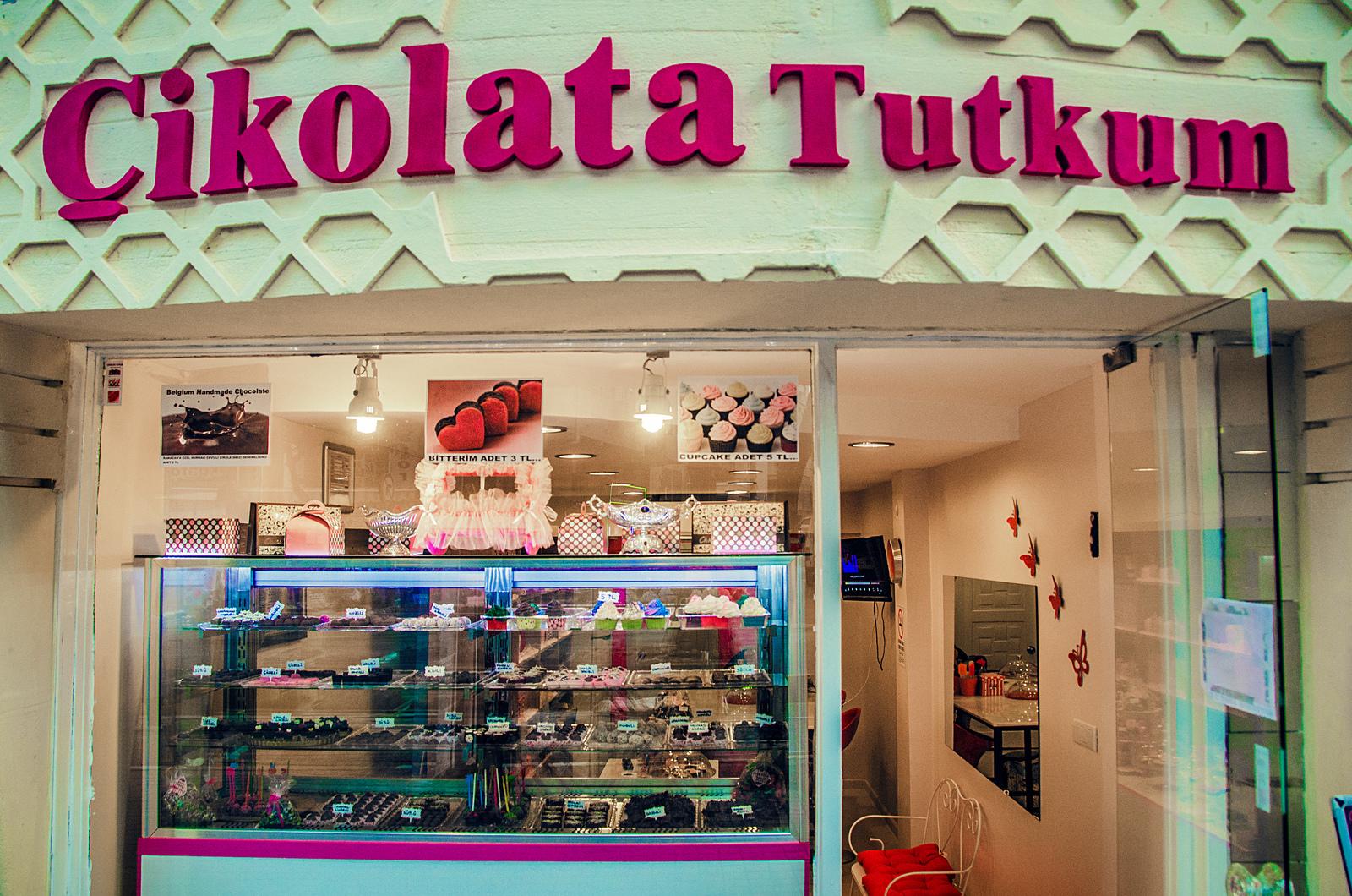 A photo of the Çikolata Tutkum shopfront.