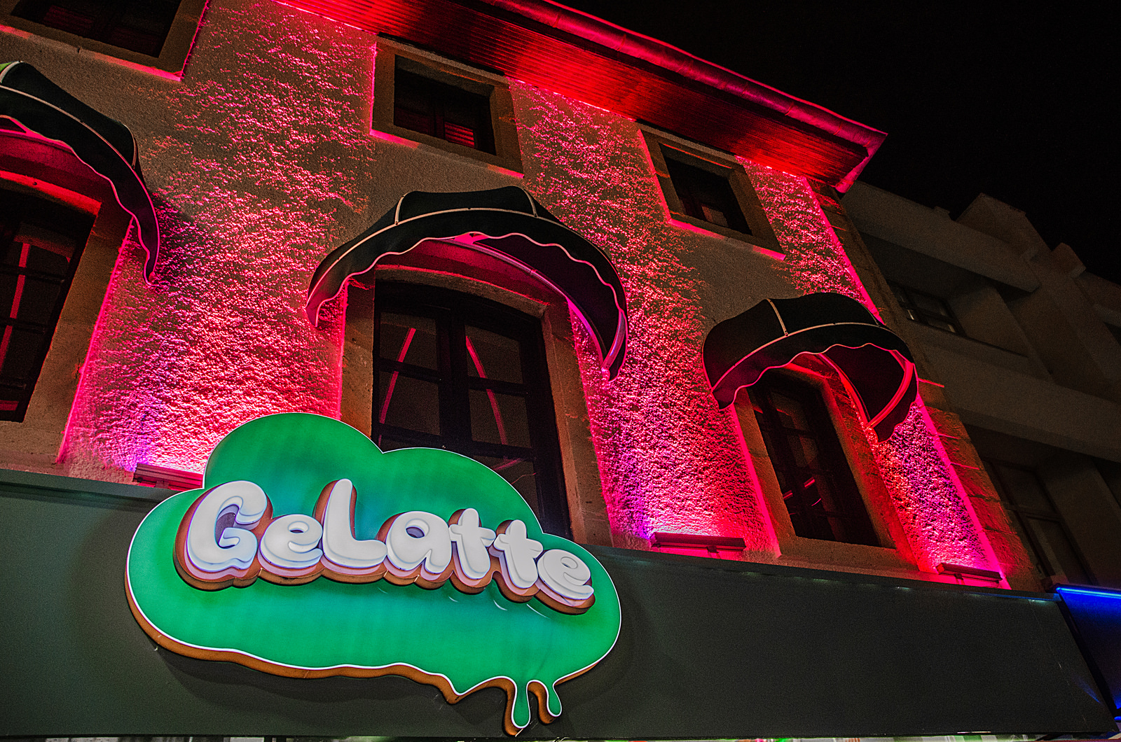 A photo of the GeLatte sign at night.