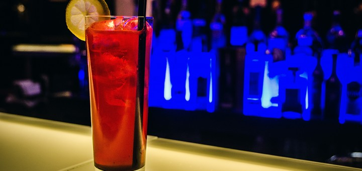 A photo of a Raspberry Collins cocktail at Deep Blue Bar in Antalya.